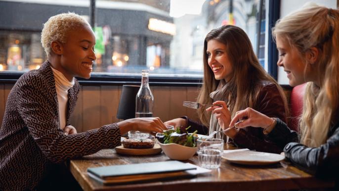 onbeperkt € 5,- korting op kipsaté, salade en friet