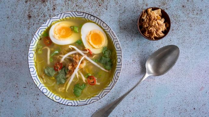 1x 50% korting op saoto soep met een broodje kip kerrie